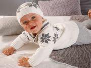 Новорожденный мальчик в вязанном костюмчике