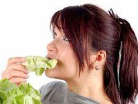 Женщина ест капусту