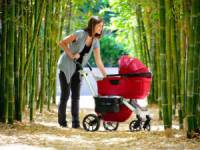 Мама гуляет с ребенком в коляске