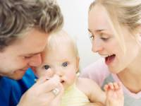 Мама с папой кормят ребенка