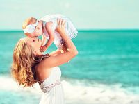 Мама с ребенком на море