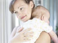 Мама держит малыша на руках