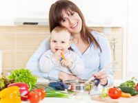 Мама с ребенком за обеденным столом