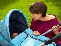 Мама с ребенком на прогулке