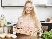 Женщина готовит рыбу