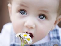 Младенец с ромашками