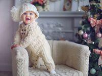 Младенец в вязаном комбинезоне