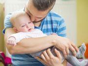 Ребенок на руках у папы