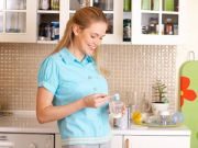 Женщина готовит молочную смесь
