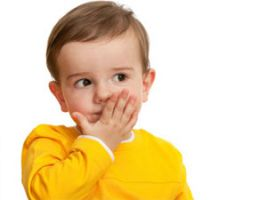 Ребенок закрыл рот ладошкой