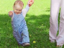 Ребенок ходит за руку