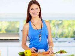Женщина готовит пищу