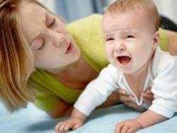 Мама успокаивает плачущего ребенка