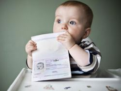Младенец с документом