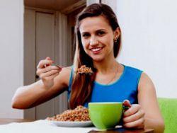 Девушка ест гречневую кашу