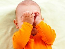 Младенец трет глаза
