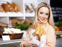 Женщина купила хлеб