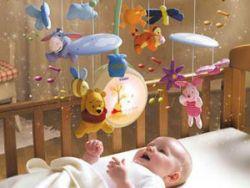 Игрушки над кроваткой новорожденного