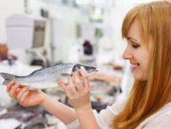 Женщина держит рыбу
