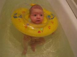 Младенец в плавательном круге