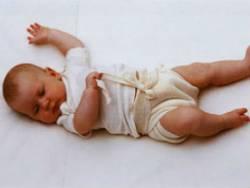 Новорожденный ребенок в марлевом подгузнике