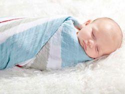 Ребенок в муслиновой пеленке