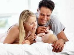 Родители разговаривают с новорожденным
