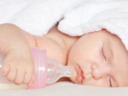 Младенец, заснувший с бутылочкой