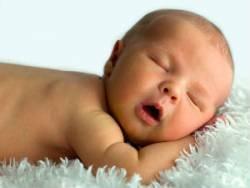 Малыш спит с открытым ротиком