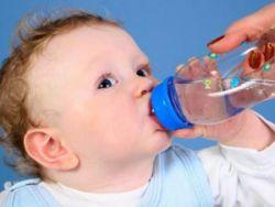 Младенец пьет воду