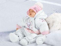 Младнеец в теплой одежде