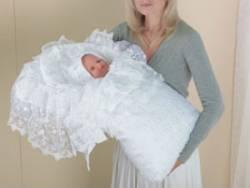 Мама и новорожденный при выписке из роддома