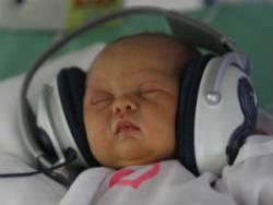 Младенец в наушниках