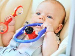 Младенец с погремушкой