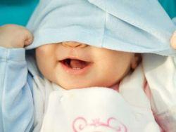 Ребенок закрыл лицо одеждой