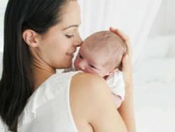 Мама держит новорожденного столбиком