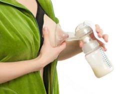 Сцеживание молока молокоотсосом
