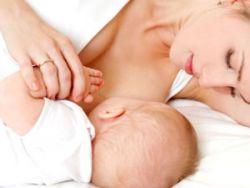 Кормящая мама с младенцем