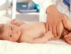 Младенцу делают укол