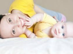 Младенец играет с мамой