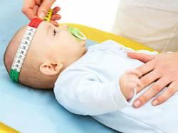 Измерение обхвата головы у новорожденного