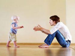 Мама учит ходить ребенка