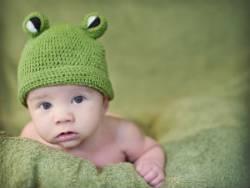 Младенец в зеленой шапке