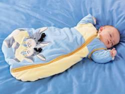 Малыш спит в спальном мешке