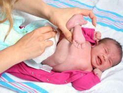Смена подгузника у младенца