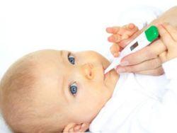 Измерение температуры у новорожденного
