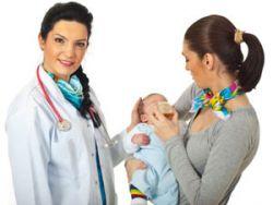 Мама с младенцем на приеме у врача