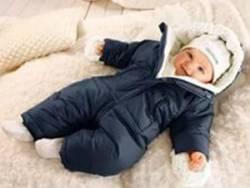Малыш в зимнем комбинезоне
